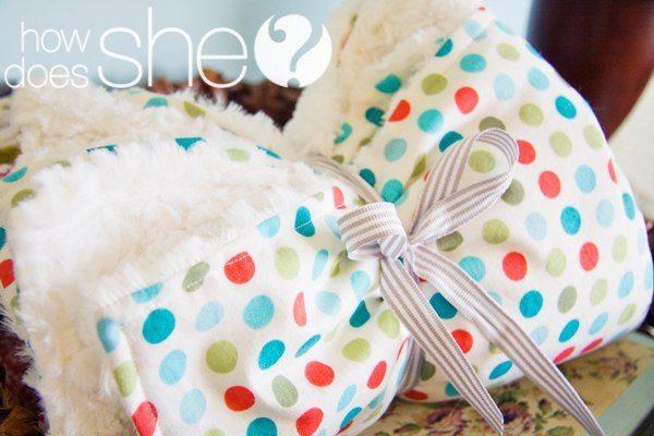 Cómo hacer una manta de bebé (tutorial con video)