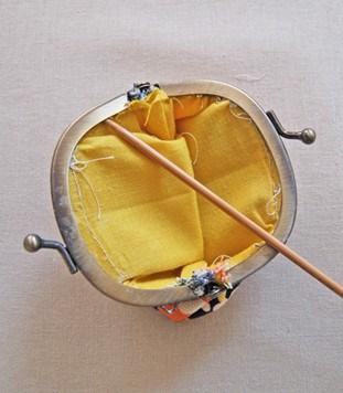 Introduce los bordes del cuerpo de tela dentro del lado con pegamento