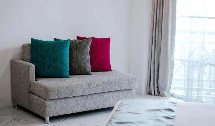decorar el salon con cojines de colores