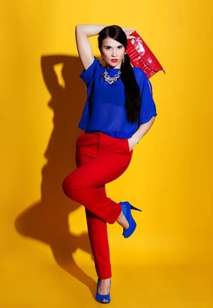 combinación de blusa azul con pantalon rojo