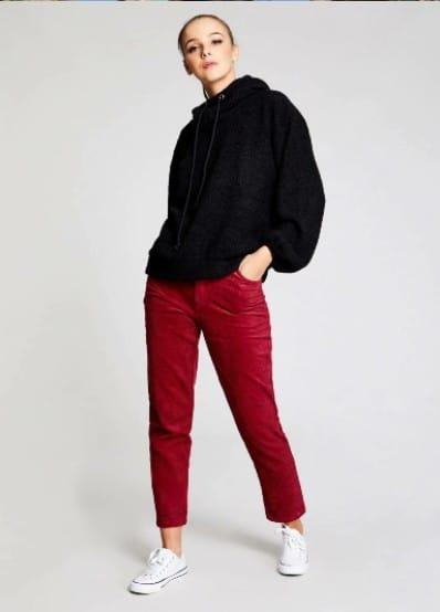 Pantalón rojo con una sudadera